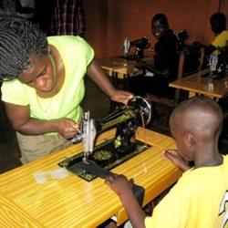 IMG_6845 Kiwanga naaimachine Annet geeft strook stof a